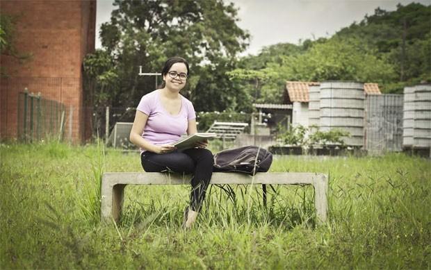 Ana Carolina espera estudar pedagogia para evoluir na carreira de professora (Foto: Caio Kenji/G1)