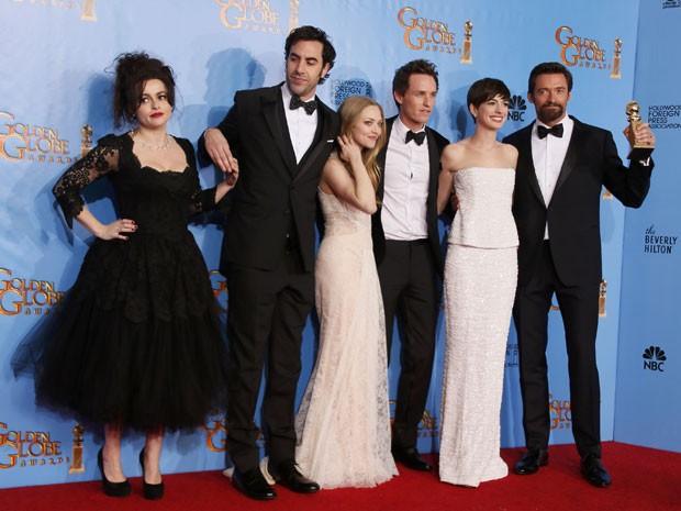 Helena Bonham Carter, Sasha Baron Cohen, Amanda Seyfried, Eddie Redmayne, Anne Hathaway e Hugh Jackman celebram prêmio de 'Os miseráveis' no Globo de Ouro 2013 (Foto: Lucy Nicholson/Reuters)