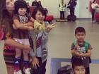 Nicole Bahls tira foto com família japonesa: 'Em clima de Copa'
