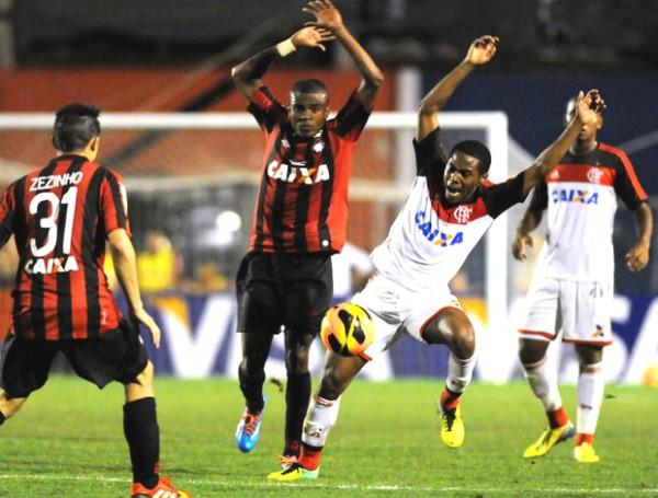 Na primeira partida da final, Atlético-PR e Flamengo empataram em 1 a 1 (Foto: André Durão/Reprodução globoesporte.com)