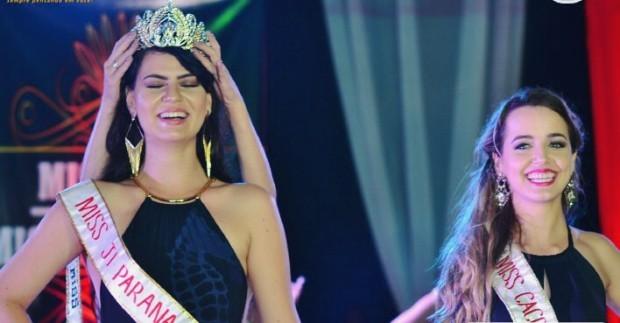 Letícia Cappatto (à esquerda) sendo coroada e Karliany Barbosa ao lado antes do novo anúncio da vencedora do concurso (Foto: Facebook/Reprodução)