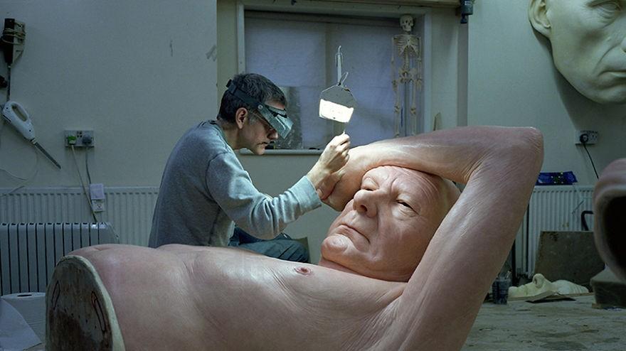 Ron Mueck trabalhando em uma de suas esculturas hiper-realistas. (Foto: Reprodução)