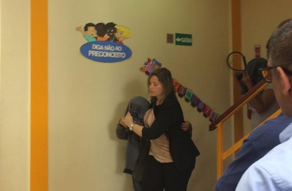 Menor vítima é levada pela delegada responsável pelo caso. Ela está sob proteção de programa do Governo do Estado (Foto: Alba Valéria Mendonça/ G1)