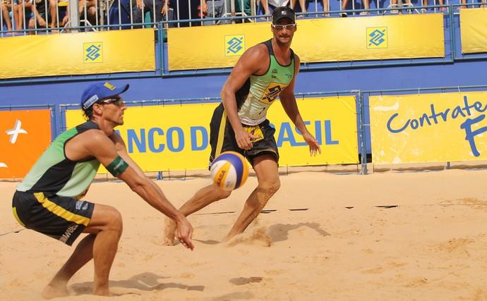Lipe e Fabio contra Emanuel e Ricardo no Circuito Brasileiro Vôlei (Foto: Paulo Frank / CBV)