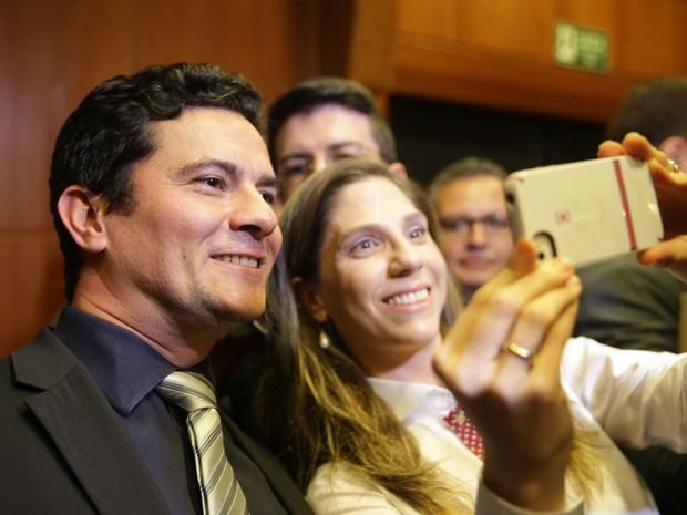Juiz Sérgio Moro posa com fã que pediu para fazer uma selfie em evento em SP (Foto: Danilo Verpa/Folhapress)