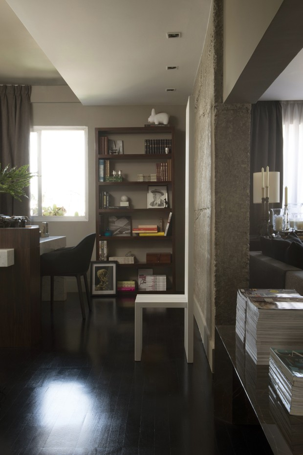 Elementos contemporâneos tiram a sobriedade de apartamento clássico (Foto: Divulgação)