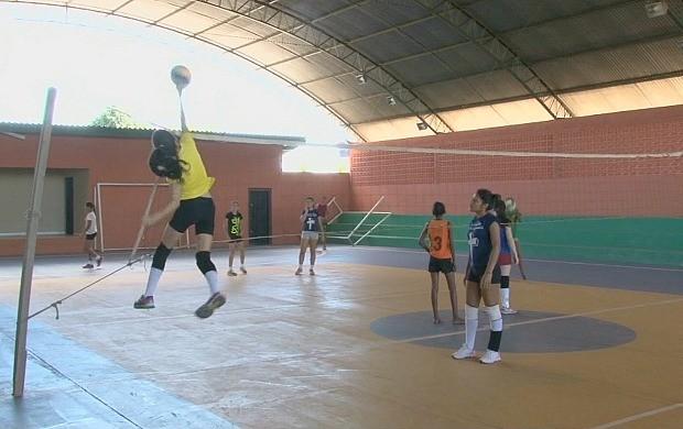 Projeto 'Viva Riozinho' ensina vôlei em distrito de Cacoal (Foto: Bom Dia Amazônia)
