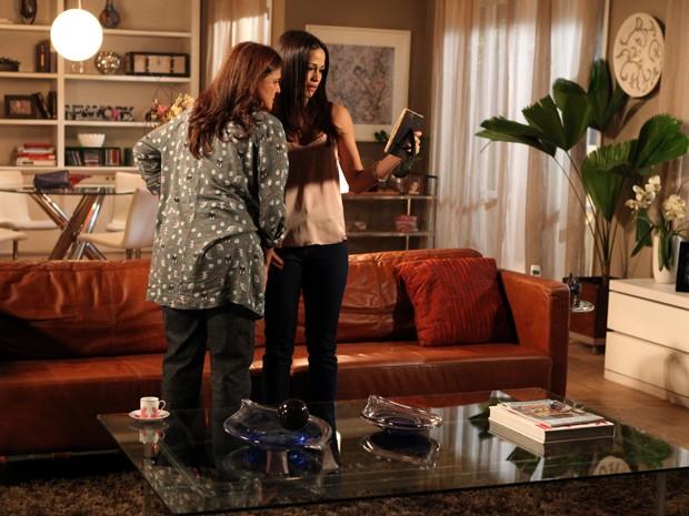 Tuane e Jurema olham para foto de reginaldo após saberem que estão duras (Foto: Isabella Pinheiro/TV Globo)