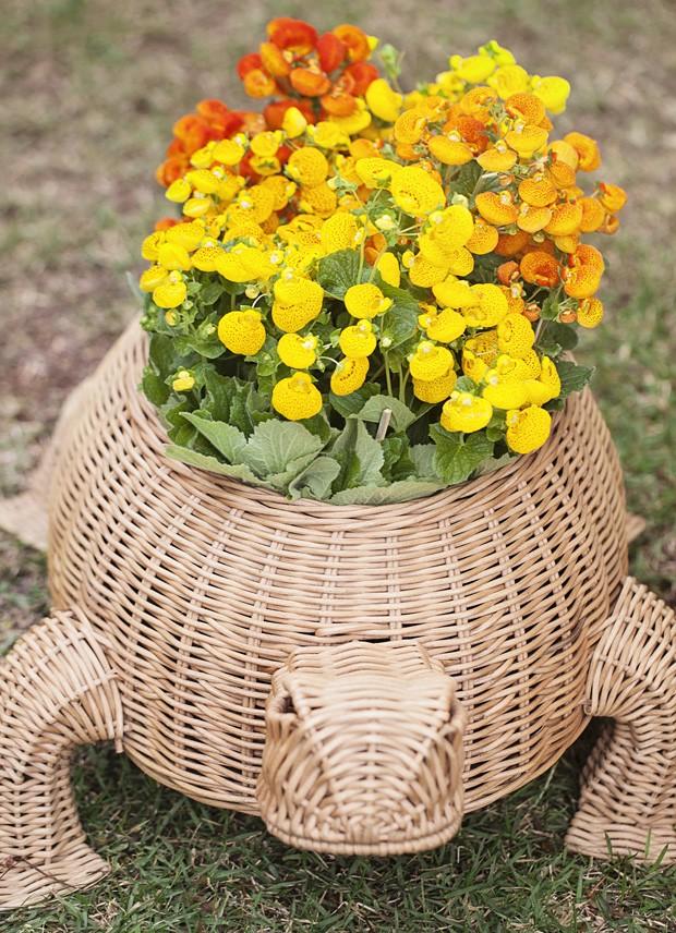 A palha também vai invadir o seu jardim. As flores ganham um cachepô divertido: um cesto no formato de tartaruga. Escolha alguns outros bichinhos, espalhe pelo quintal e se prepare para ver a euforia das crianças.  (Foto: Elisa Correa/Editora Globo)