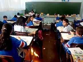 Alunos do 5º ano, lendo livros e revistas do Projeto Mala Literária, que levam toda sexta-feira para casa (Foto: Divulgação)