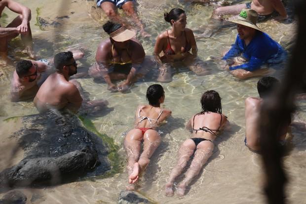 Bruna Marquezine com amigos em Noronha (Foto: AgNews)