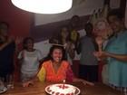 Regina Casé completa 60 anos de idade e recebe festa surpresa