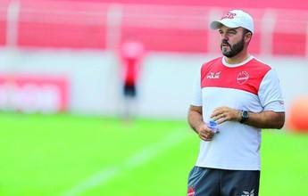 Mantido para a Série B, jovem técnico do Vila Nova se cobra cada vez mais