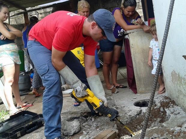 Bombeiros trabalharam durante duas horas para retirar o filhote (Foto: Corpo de Bombeiros)