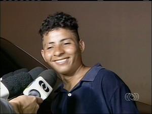 Joséias sorri e diz que vai cometer novos crimes (Foto: Reprodução/TV Anhanguera)