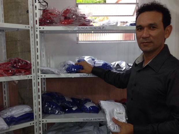 Manoel Castro conta que, com a crise, fornecedores dos produtos que revendia mudaram prazos. Para não prejudicar seu negócio, ele passou a investir em item que pudesse ter produção própria (Foto: Manoel Castro / VC no PEGN)