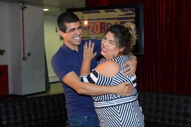 Marcius Melhem agarra Fabiana Karla (Foto: Marcello Sá Barretto / AgNews)