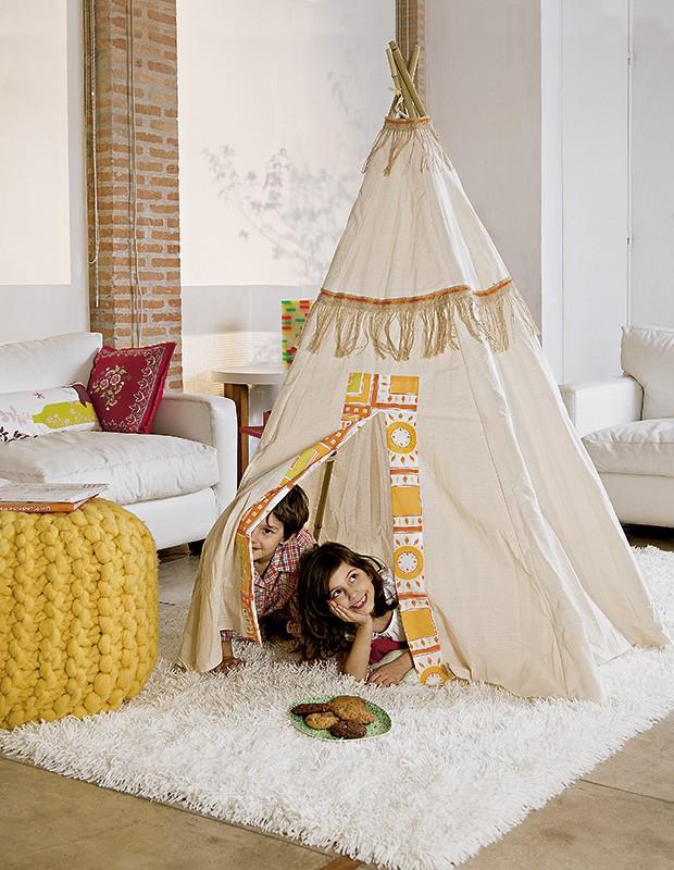 Bambus e uma cobertura de tecido viram um universo à parte. Cabana Trenzinho, pufe A Lot Of (Foto: Cacá Bratke/Editora Globo)