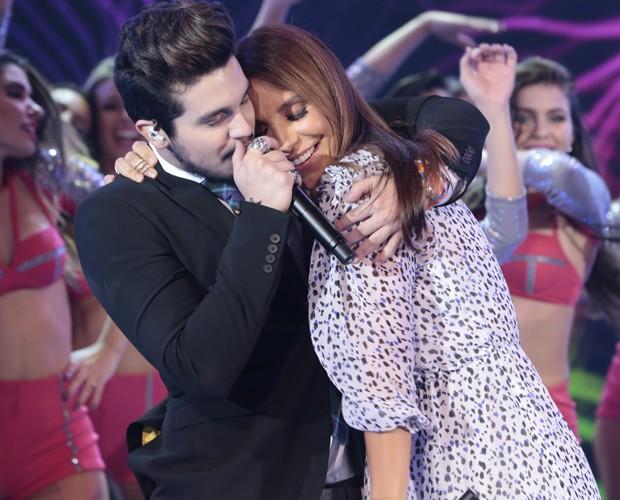 Luan Santana em momento foto com Ivete Sangalo no palco do Domingão (Foto: Felipe Monteiro / Gshow)