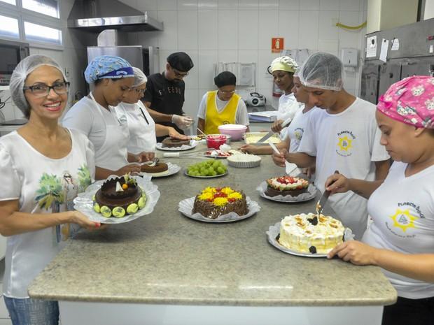 Inêz Consuelo na cozinha com sua equipe (Foto: Arquivo Pessoal)