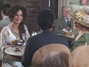 Isabel conta o que fará com o novo Alheira (Foto: Lado a Lado/TV Globo)