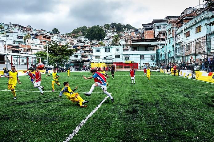 Crianças que jogam bola no campo geram energia para iluminá-lo (Foto: Divulgação)