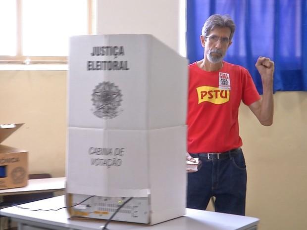 Candidato a prefeito Suél do PSTU vota em Campo Grande (Foto: Magno Lemes/TV Morena)