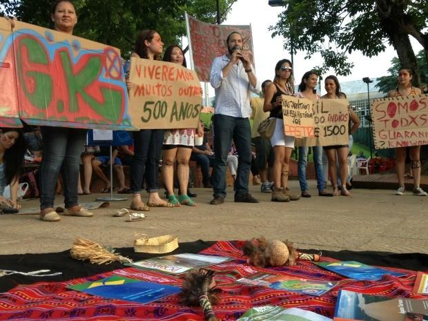 Os manifestantes pintaram o corpo e utilizaram cartazes para chamar a atenção (Foto: Ivanete Damasceno/G1)