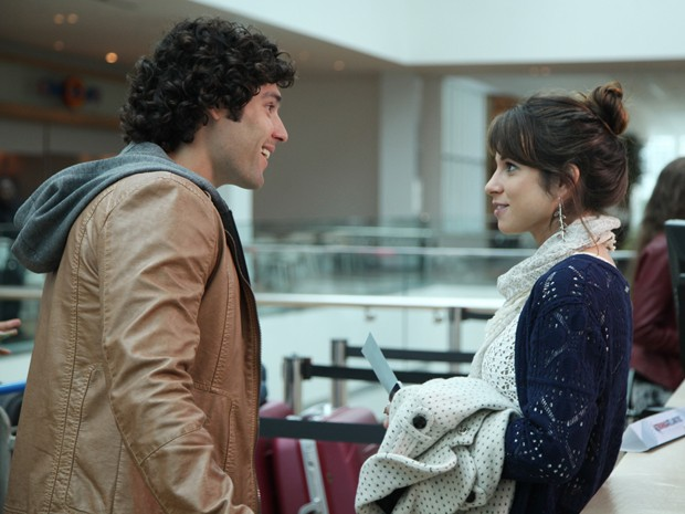 Tuca e Manu se encontram no aeroporto e descobrem que vão para o mesmo lugar (Foto: Carol Caminha/Gshow)