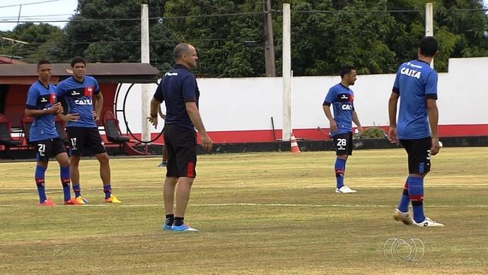 Técnico Wagner Lopes comanda treino no Atlético-GO (Foto: Reprodução/TV Anhanguera)