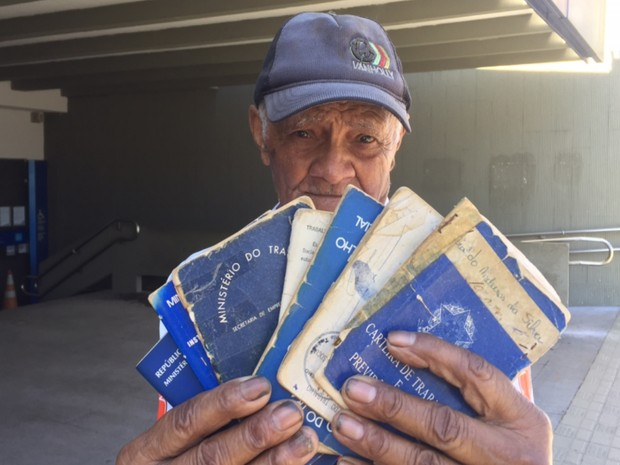 Idoso leva 7 carteiras de trabalho para sacar FGTS e descobre não ter saldo