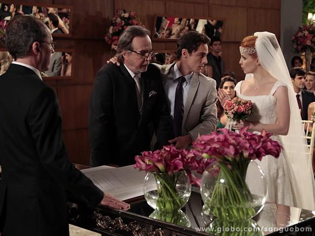 Caio tenta intervir, mas Lara se apressa em dar continuidade à cerimônia (Foto: Sangue Bom/TV Globo)