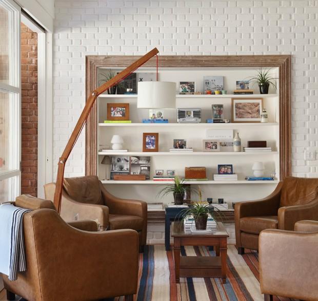Sala-de-estar-estante-branca-madeira-tijolos-arquiteta-patricia-carvalho (Foto: Denilson Machado/MCA Estúdio/Editora Globo)
