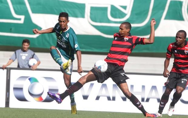 Felipe Amorim disputa bola contra Artur, do Atlético-GO (Foto: Renato Conde/O Popular)