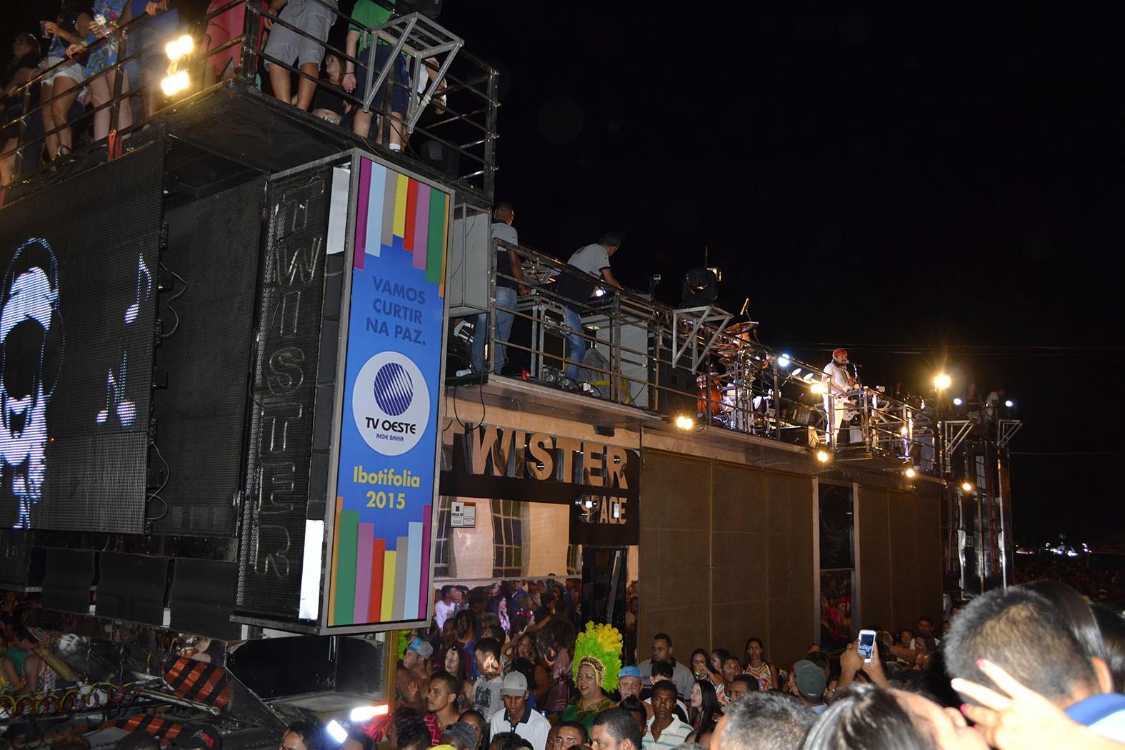 A TV Oeste marcando presença no trio (Foto: Divulgação)