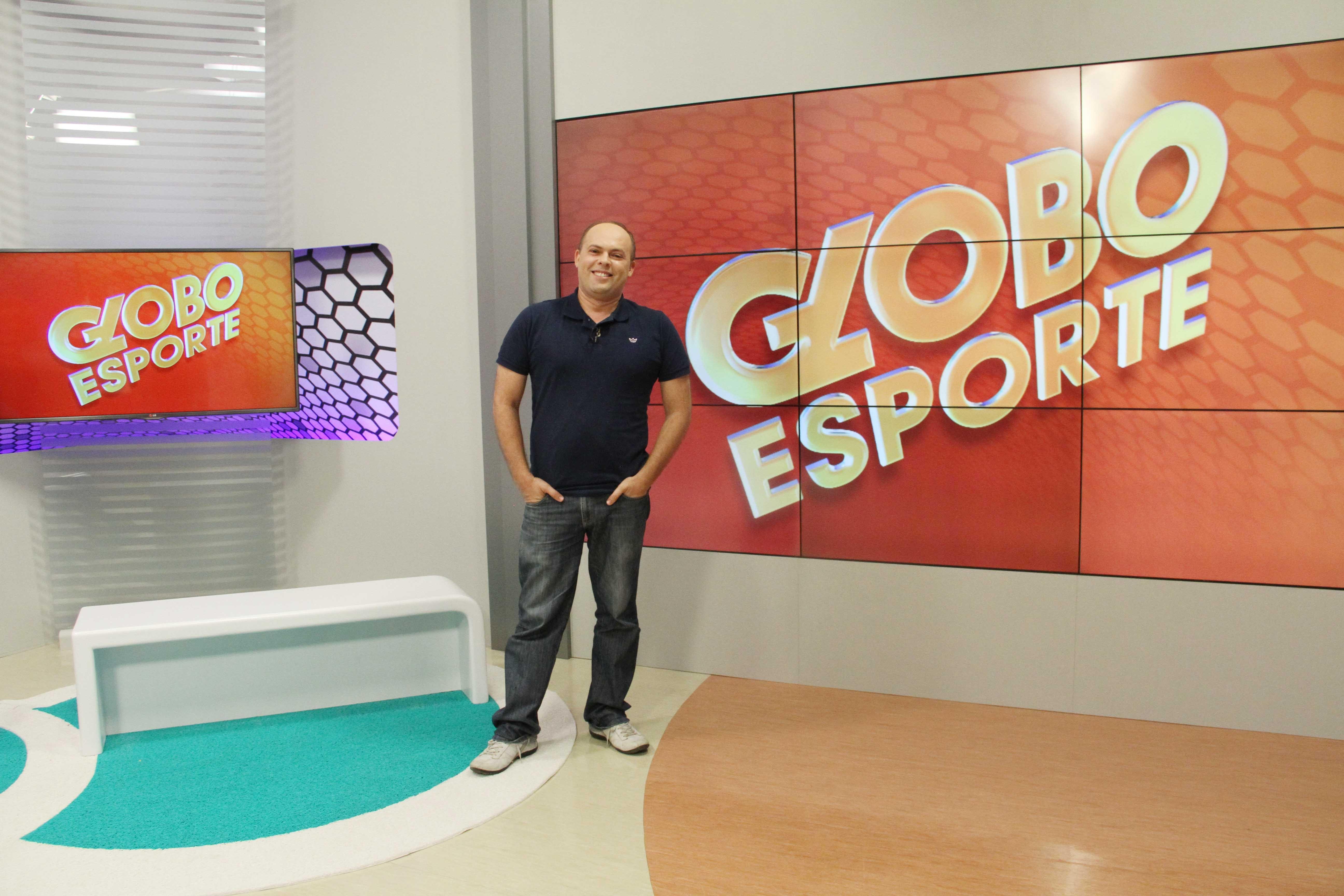 Marcos Vasconcelos no estúdio no Globo Esporte PB (Foto: Leonardo Silva/TV Cabo Branco)