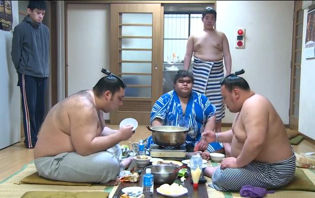 Refeição entre os lutadores de sumô com Ricardo Sugano (Foto: Reprodução SporTV)
