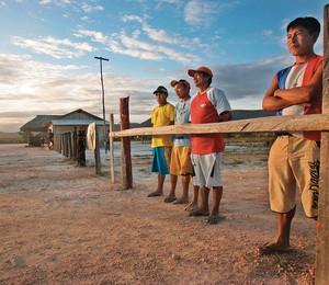 DONOS DA TERRA Posto de controle protegido por índios em acesso à reserva indígena Raposa Serra do Sol. O governo Dilma interrompeu as novas demarcações (Foto: Clayton De Souza/Estadão Conteúdo)