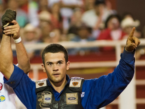 Kaíque Pacheco comemora a vitória na Arena de Barretos (Foto: Érico Andrade/G1)