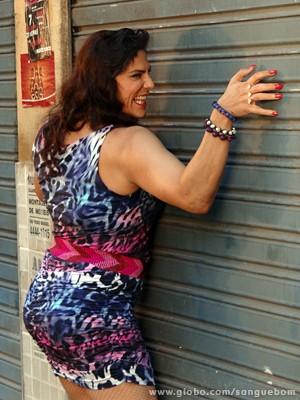 Unhas postiças e enchimentos são só alguns elementos que o ator usa para se transformar no travesti (Foto: Sangue Bom/TV Globo)
