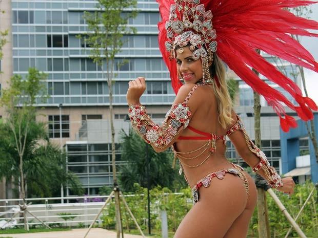 Ana Paula Minerato, musa da Gaviões da Fiel, posa com sua fantasia preferida. (Foto: Clara Velasco/G1)