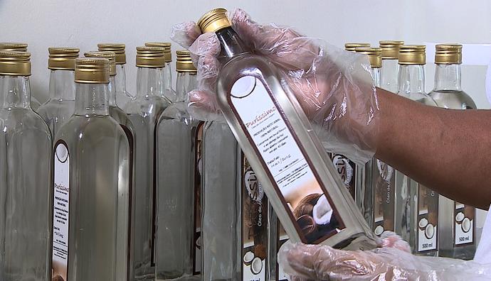 'Combinado' mostra passo a passo da produção do óleo de coco (Foto: TV Sergipe)