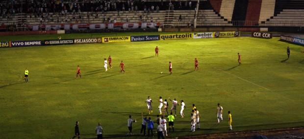 Jogadores do Botafogo-SP comemoram o segundo gol de Nunes (Foto: Cleber Akamine)