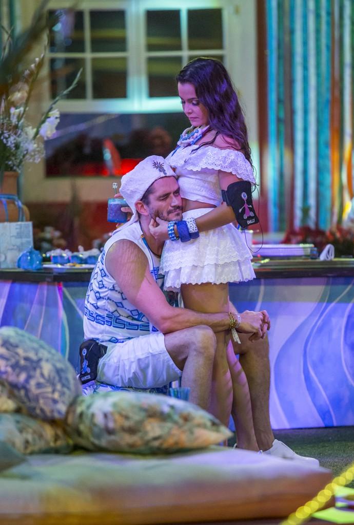 Marcos faz careta após carinho de Emilly (Foto: Artur Meninea\Gshow)