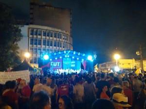 Manifestantes se reúnem no Ponto de Cem Réis, em João Pessoa (Foto: André Resende/G1)