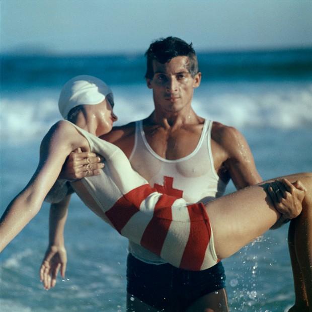 Stripes in the Swim, Copacabana Beach, 1961 -®Norman Parkinson Ltd (Foto: Divulgação)