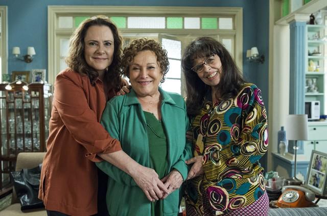 Elizabeth Savala, Nicette Bruno e Cristina Pereira em 'Pega pega' (Foto: Estevam Avellar/TV Globo )