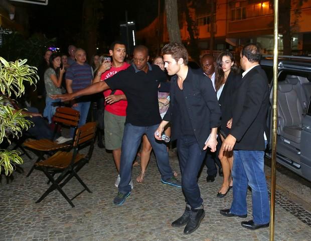 Paul Wesley e a namorada Phoebe Tonkin chegam a restaurante no Rio (Foto: Gabriel Reis e Henrique Oliveira / Ag. News)