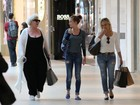 Marina Ruy Barbosa encontra amigas durante passeio em shopping