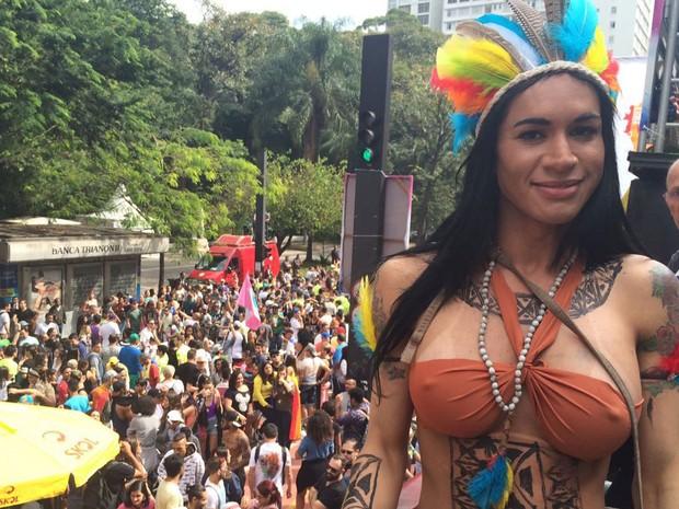 Participante da Parada Gay em cima de um dos 17 trios elétricos do evento (Foto: Gabriela Gonçalves/G1)